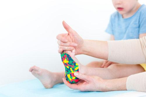 تعداد زیادی از مردم بر این باورند که تنها افراد دچار مشکلات ارتوپدی باید از ارتزها استفاده کنند اما این نظر درست نیست. امروزه ارتزها در میان همه گروههای سنی و افراد محبوب هستند. ارتزهای پا برای بسیاری از افراد از کودکان گرفته تا افراد مسن به دلیل وجود درد و علائم متعدد ناشی از نقص بیومکانیکی پا مورد استفاده قرار میگیرند. به همین دلیل میتوان نتیجه گرفت که استفاده از ارتزهای پا با توجه به اینکه هیچکس به صورت ایدهآل و کاملی صحیح راه نمیرود نسبتا ضروری است. ارتزهای عملکردی پا